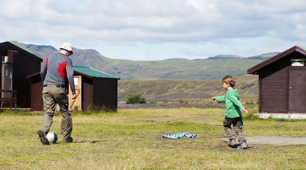 Fußballspielen auf Island, Urlaub und wandern mit Kindern