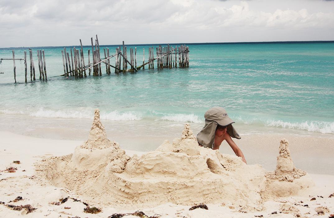 Sandburg bauen in Mexiko, Reisen mit Kindern, Fernurlaub