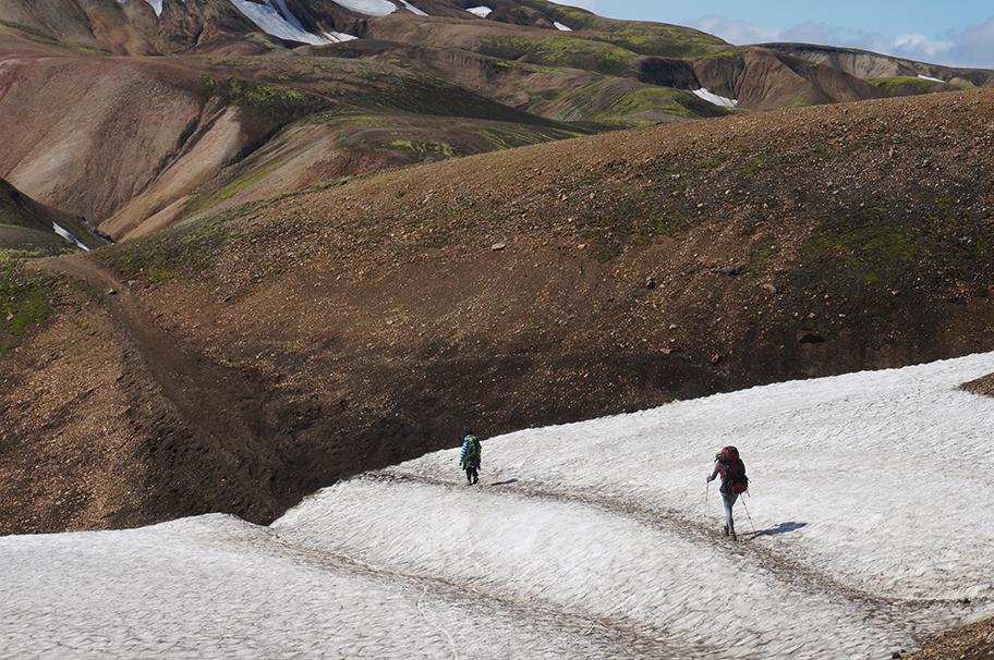 Wandern Island über ein Schneefeld