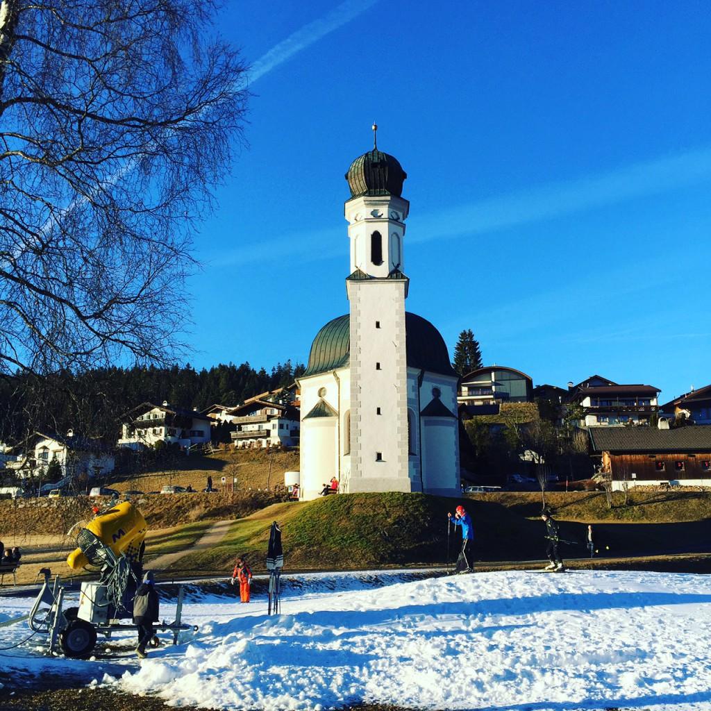 Winterurlaub in Tirol mit Kind – Aktivitäten und Kosten, Winterurlaub in Tirol mit Kind – Aktivitäten und Kosten, Kirche Seefeld vor der Langlaufloipe