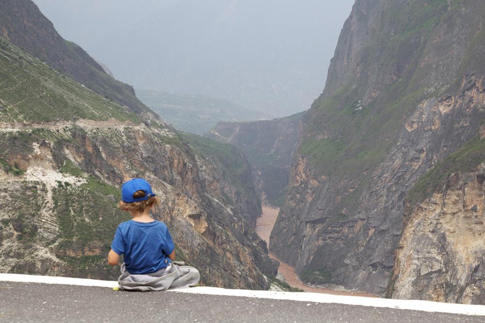 Fernreise mit Kindern, alleine Reisen mit Kind, Riadtrip China mit Kind, Tigersprungschlucht am Abgrund