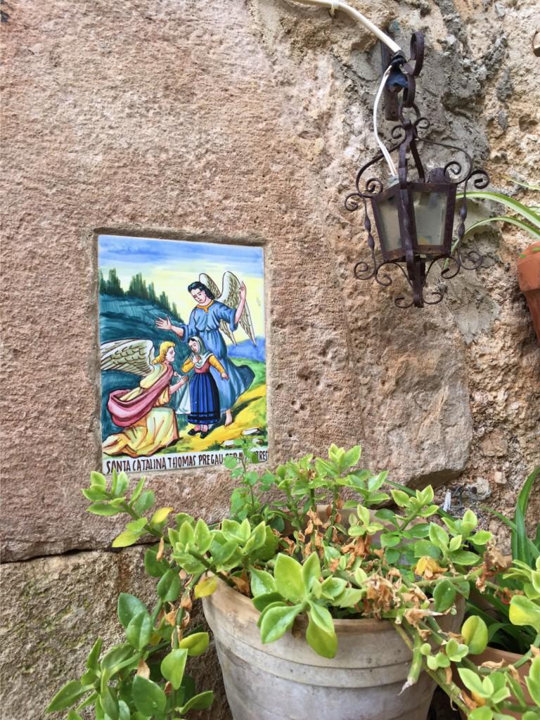 Heiligenfliesen an den Häusern