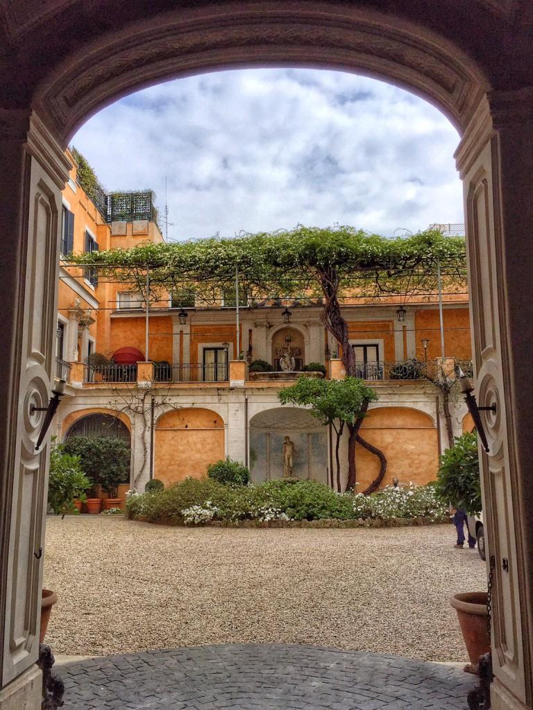 Rom mit Kind Innenhof Rom