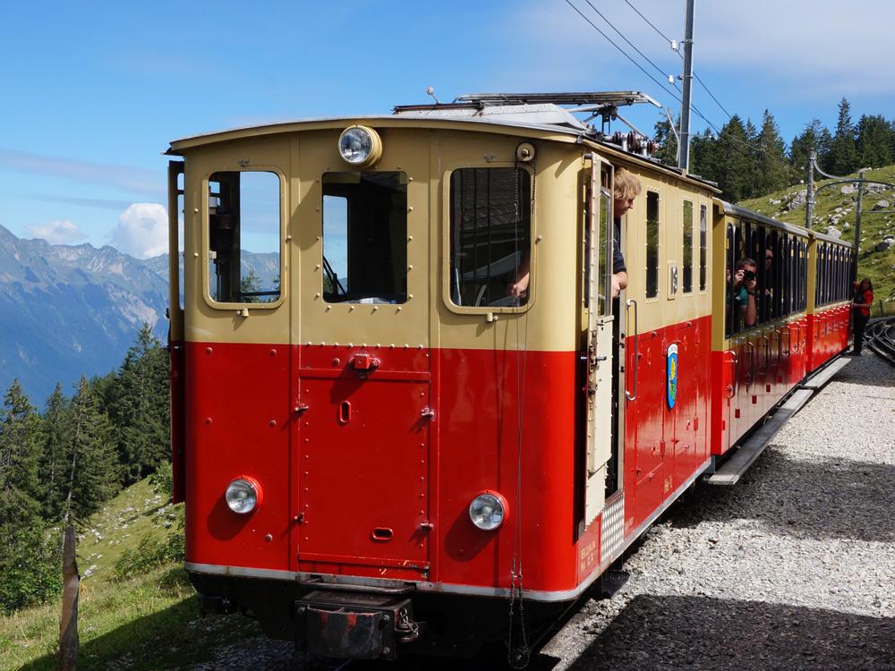 Hüttenwendern Schweiz Hüttenwanderung mit Kind Berner Oberland Zahnradbahn zum Schlynige Platte Interlaken