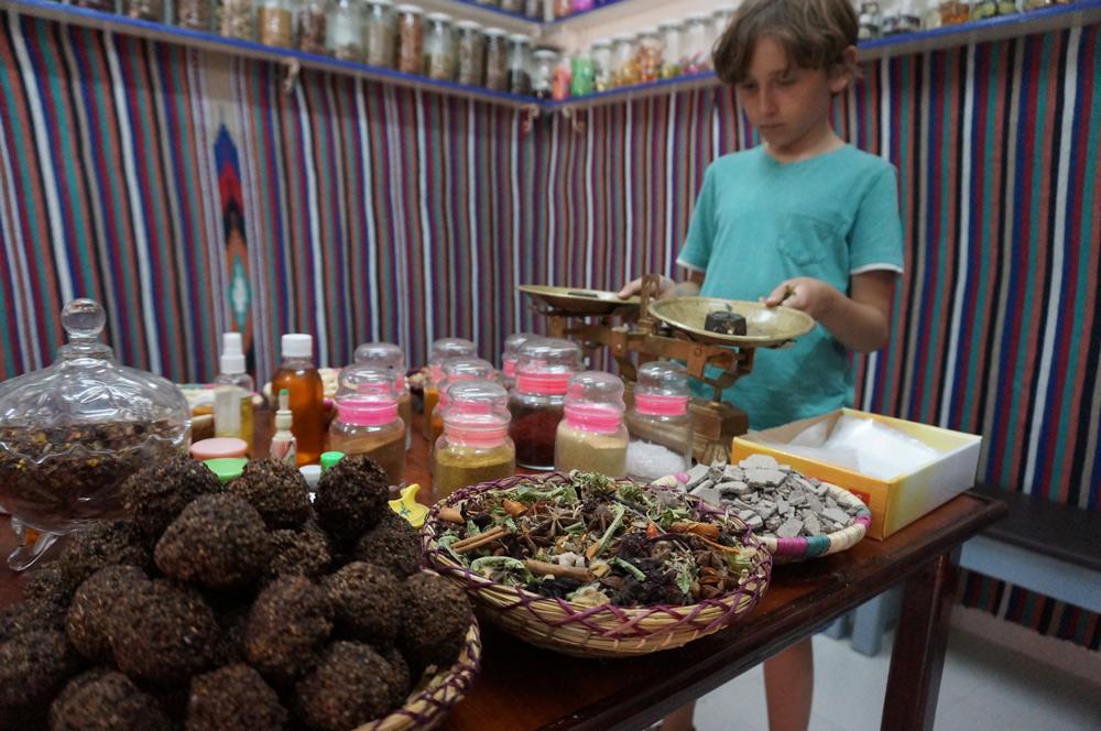 Sehenswürdigkeiten Essaouira mit Kind reisen. Medizin und Gewürze kaufen im Souk