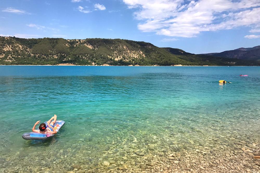 Elan Sportreisen Erfahrung Familiencamping Südfrankreich Provence Verdon Schlucht am Lac de Sainte Croix Moustiers