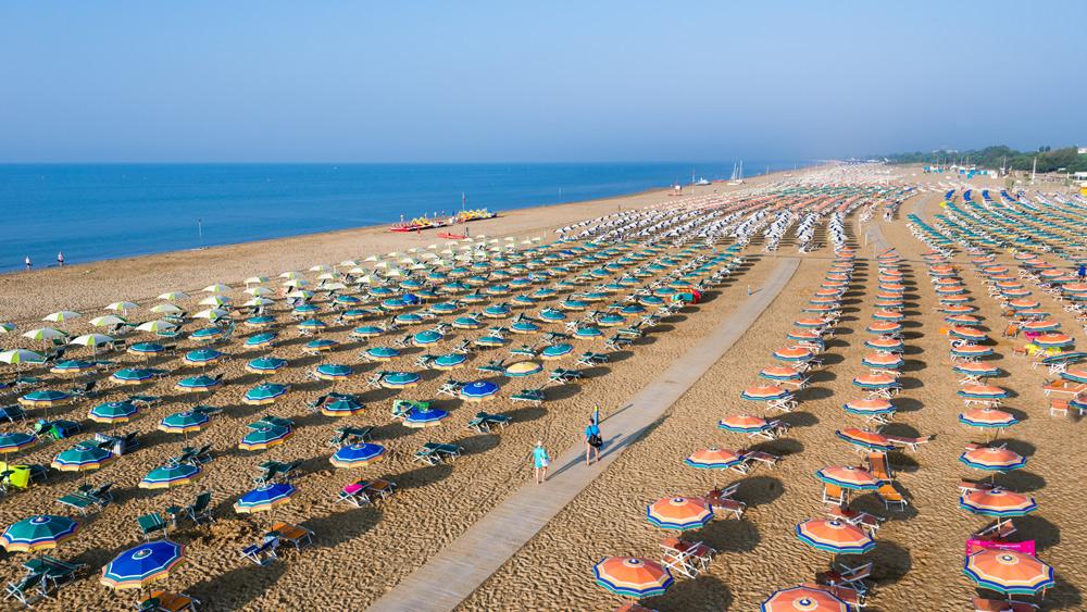 Sommerurlaub in Bibione. Urlaub in Bibione mit Kindern. Italienurlaub Tipp. Strand Strandliegen Bibione