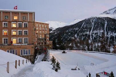 Hotel Castell Zuoz Schweiz Familienauszeit Winterurlaub mit Kindern im Schnee Schlittenfahren Skifahren