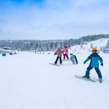 Die 7 besten Tipps für einen günstigen Skiurlaub mit Kindern