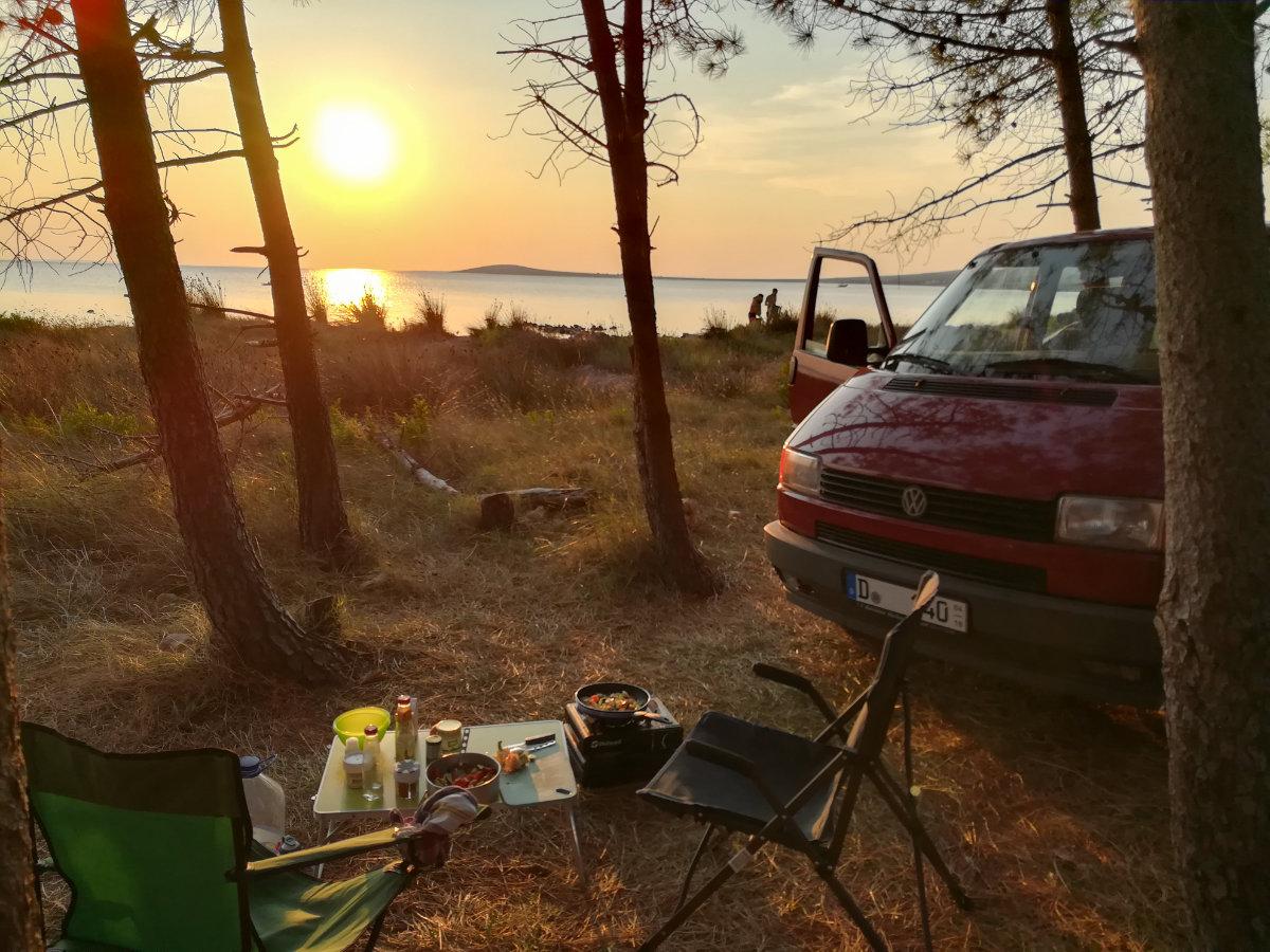 Nachhaltiges Reisen mit dem Auto. Nachhaltiger Urlaub mit dem VW Bulli in Kroatien. Camping in Kroatien. Nachhaltig leben.