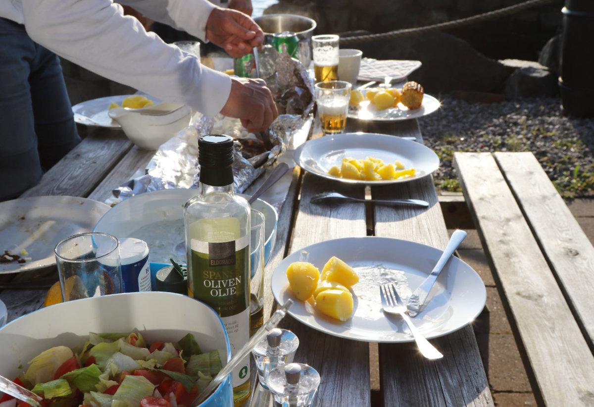 Fisch zum Abendessen mit Aussicht am Fjord
