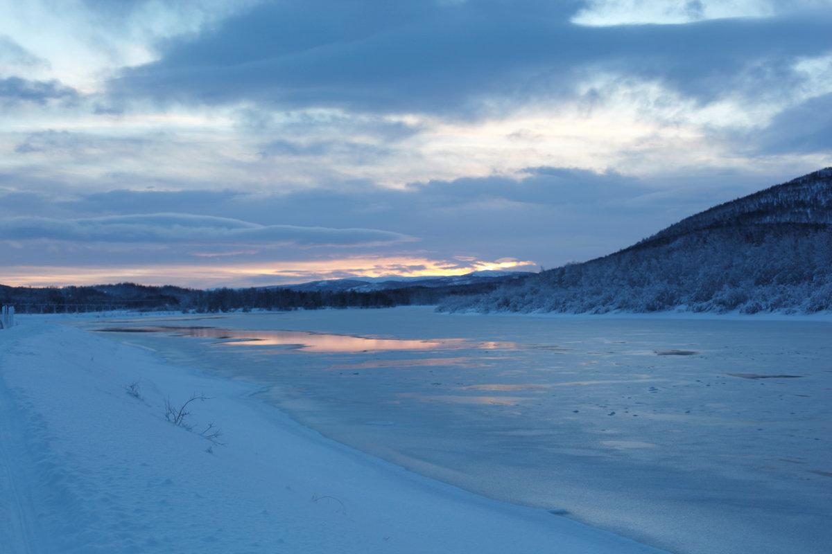Zugefrorener See im Winter in Skandinavien