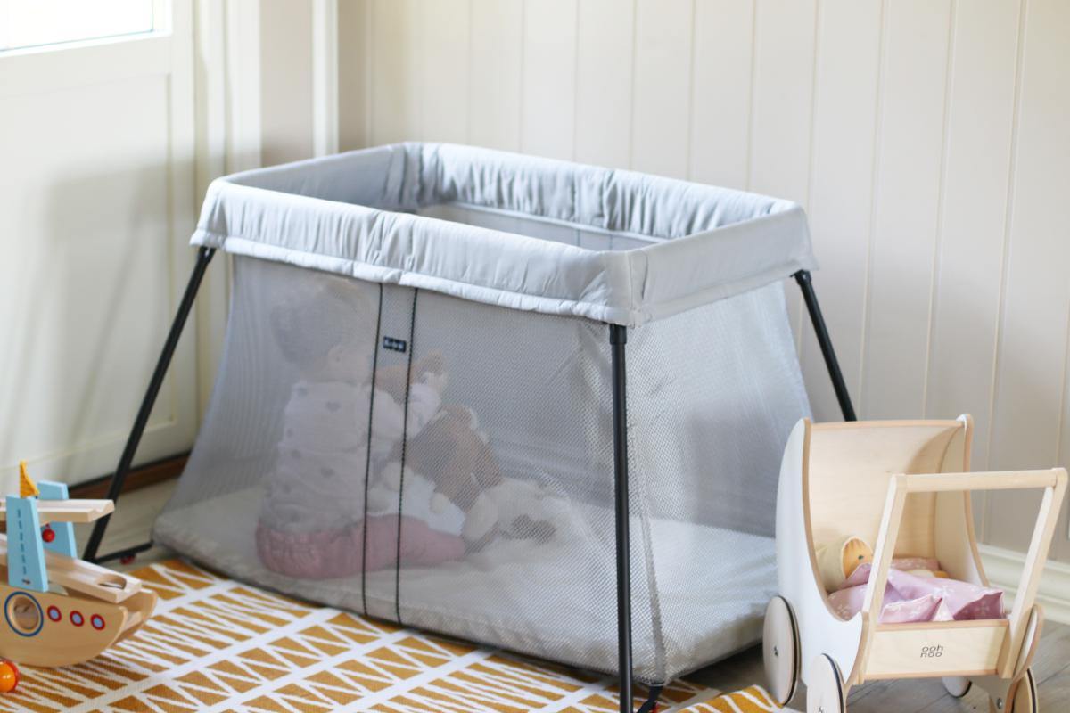 BabyBjörn Light, Vorteile Reisebett auf Reisen, Baby Reisebett