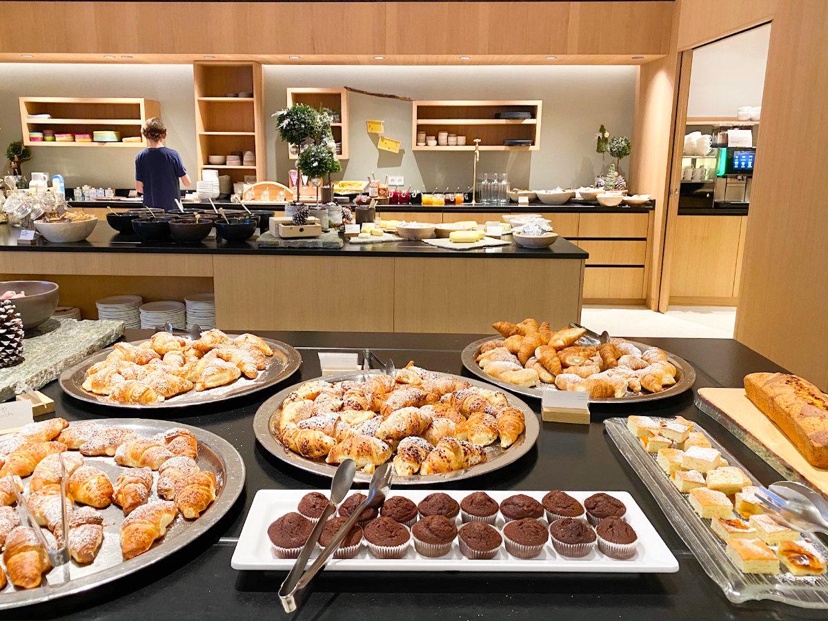 Frühstück im Feuerstein Nature Family Resort - Familienhotel Südtirol Familienzimmer Winterurlaub mit Baby