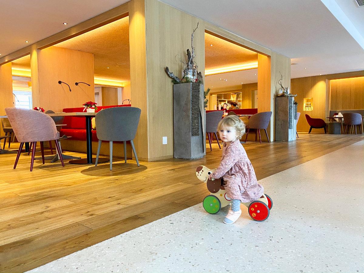 Empfang im Feuerstein Nature Family Resort - Familienhotel Südtirol