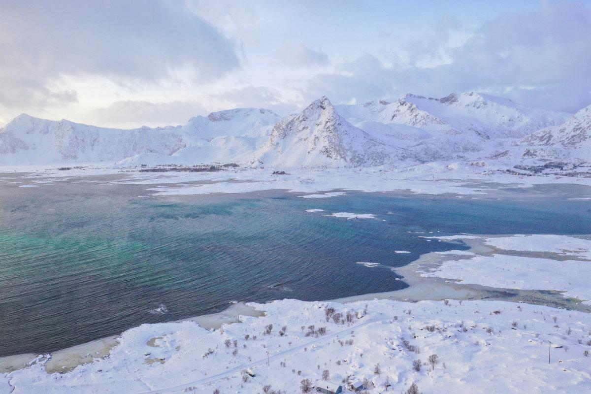 Landschaft beim Lofoten Ferienhaus aus der Vogelperspektive