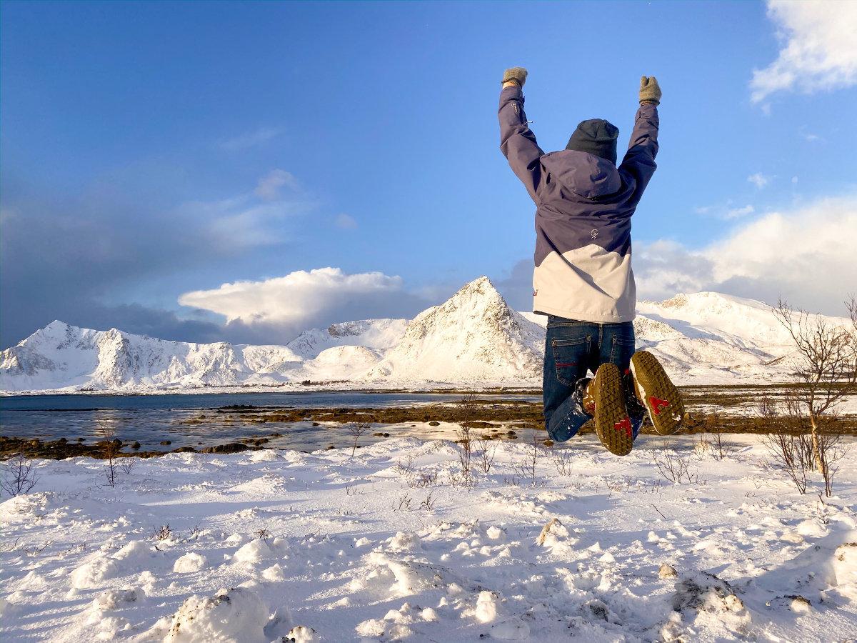Am Ferienhaus beim täglichen Spaziergang auf den Lofoten in Norwegen