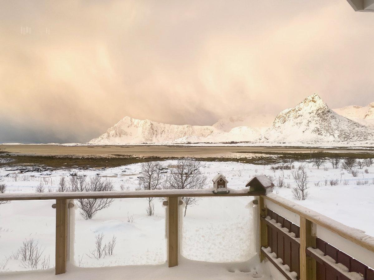 Sonnenaufgang im Ferienhaus von Novasol auf den Lofoten im Winter