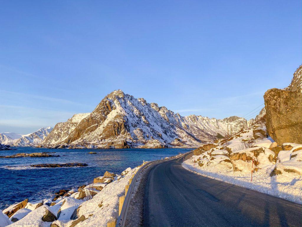 Lofoten im Winter in Norwegen mit Kindern im Winter Urlaub machen. Autofahren auf den Lofoten
