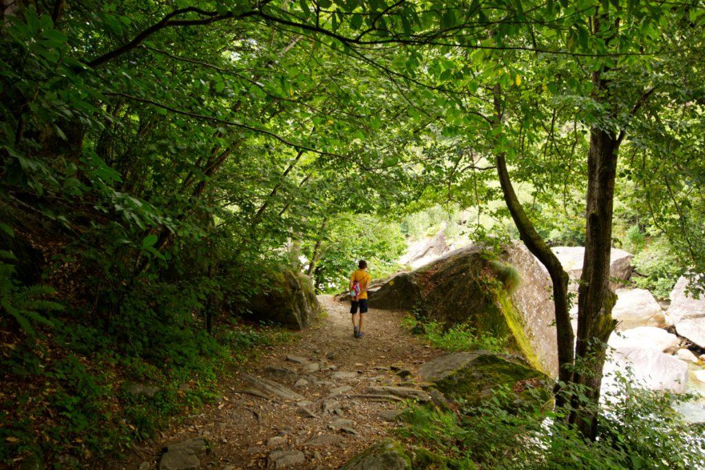 Wandern entlang der BoBosco Murmelbahn im Verzascatal Tal in der Schweiz mit Kindern