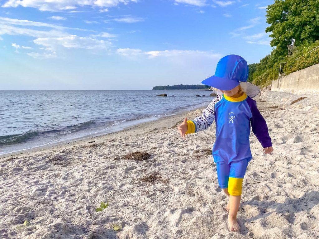 Spielen am Strand im Dänemark Urlaub mit Kindern